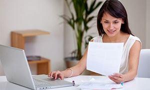 Ilustrační obrázek ženské jak vykonává práci z domu.