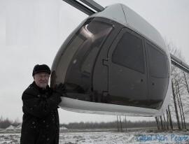 Železniční inženýr a ruský vědec Anatolij Junitskij se svým prototypem.
