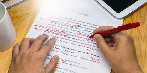Na obrázku je znázorněno jako copyeditor dělá úpravy textu, opravy gramatiky a podobně.