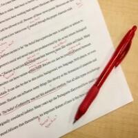 Na obrázku je znázorněno přepisování textu tzv. copyeditovanie.
