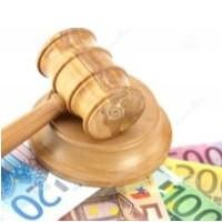 Ilustrační obrázek kladívka používaného při aukcích a hodně peněz.