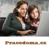Žena pracující z pohodlí domova se svou dcerou.