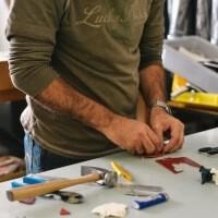 Muž, který pracuje z domu. Věnuje se kompletaci, montáži různých hraček, šperků a skládání tužek či jiných psacích potřeb.