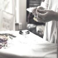 Manuálně pracující žena, která vytváří nějaké kreativní dílo.