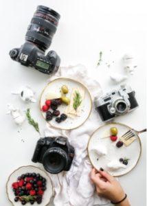 Fotograf si fotí jídla pro restaurace.
