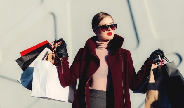 Žena, která ráda nakupuje online.